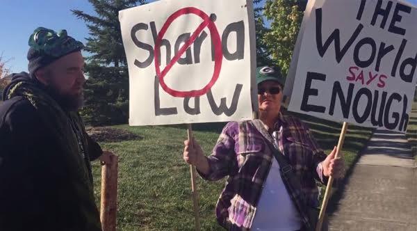 ผู้ประท้วงต่อต้านอิสลามในอเมริกา เผชิญหน้าชาวมุสลิม สุดท้ายจบอย่างซึ้ง (มีคลิป)