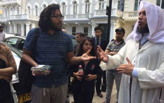 'อดีตมุสลิม' จัด 'การกิน'  ประท้วงหน้าสถานทูตมุสลิมในลอนดอน