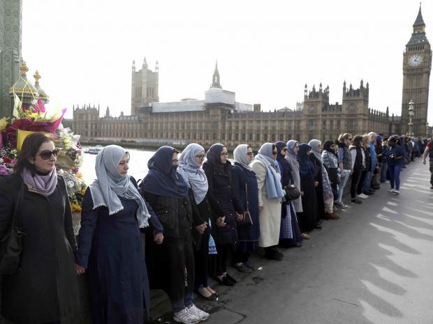 มุสลิมหญิงชาวอังกฤษร่วมจับมือแสดงความเป็นเอกภาพต่อต้านความรุนแรง