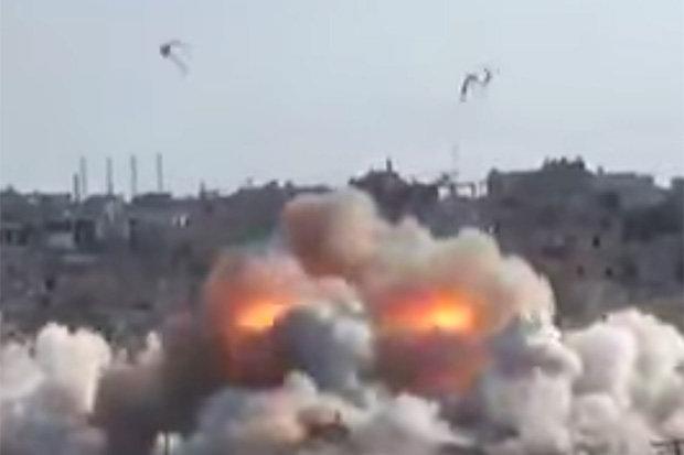โหดของแท้!! เผยคลิปนาทีรัสเซียทิ้งระเบิดร่มค่อยๆ ร่อนถล่มรัง IS พังพินาศ
