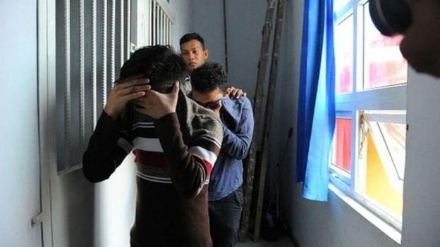 ศาลอิสลามอินโดฯ สั่งโบยชายรักเพศเดียวกัน 85 ที