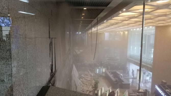 ชัดๆ เปิดภาพนาทีพื้นถล่ม ตึกตลาดหุ้นอินโดฯ บาดเจ็บพุ่งเฉียดร้อย