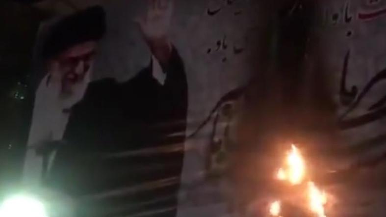 เดือด!! ผู้ประท้วงชาวอิหร่านเผาโปสเตอร์ 'คาเมเนอี' (มีคลิป)