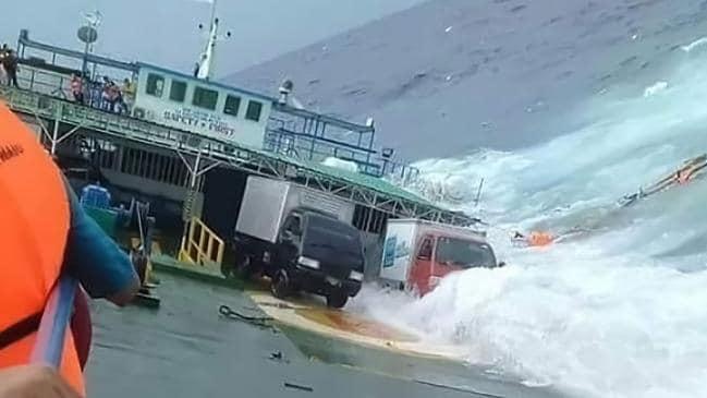 เผยคลิปผู้โดยสารเรือเฟอร์รี่หนีตายสุดชีวิต ค่อยๆเอียงจมทะเล